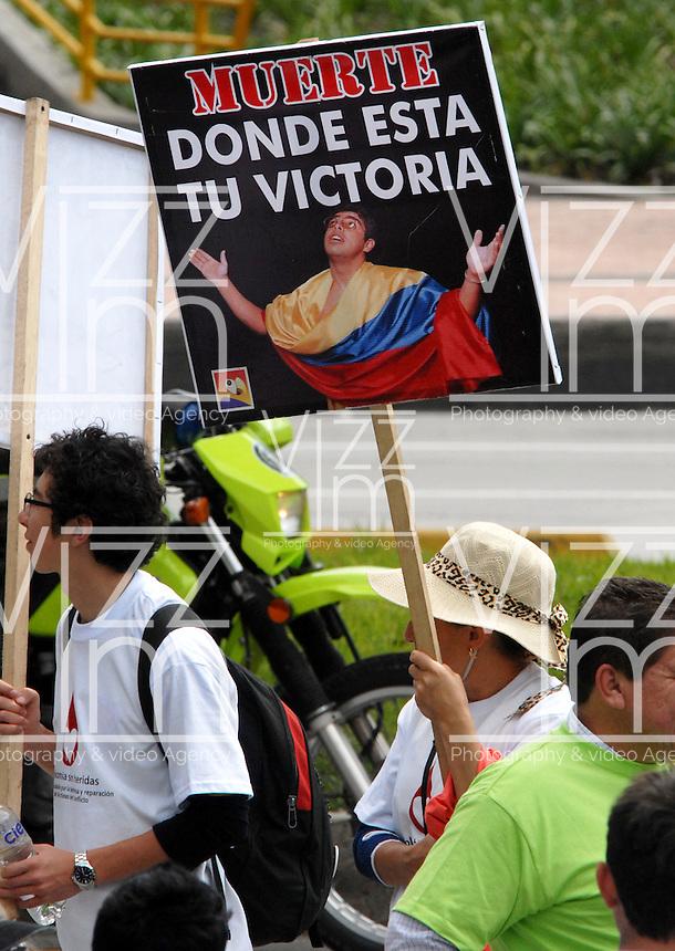 """BOGOTA-COLOMBIA: 09-04-2013: Miles de Colombianos encabezados por el Presidente Juan Manuel Santos, marcharon por la Paz en las calles de Bogotá, abril 9 de 2013. El presidente Santos desmintió que las Fuerzas Armadas Revolucionarias de Colombia (FARC), estén infiltradas presionando a los campesinos para marchar, """"Yo no veo guerrillas alrededor mío"""", agrego el mandatario. La jornada comenzó pasadas las ocho de la mañana en el monumento de los Caídos, en el occidente de Bogotá y se dirigió a la Plaza de Bolivar en el centro de la capital colombiana. (Fotos: VizzorImage / Luis Ramírez / Staff.) Thousands of Colombians headed by President Juan Manuel Santos, marched for peace on the streets of Bogota,, April 9, 2013. President Santos denied that the Revolutionary Armed Forces of Colombia (FARC) are infiltrated pressuring farmers to march, """"I do not see guerrillas around me,"""" Santos said. The marches began just after eight o'clock in the Memorial Monument in western Bogota and went to the Plaza de Bolivar in downtown Bogota. (Photos: VizzorImage / Luis Ramirez / Staff.)"""