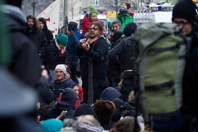 Mehr als 1.000 Menschen versuchten am Donnerstag den 14. Februar 2013 in den fruehen Morgenstunden in Berlin-Kreuzberg die Zwangsraeumung einer 5-koepfigen Familie zu verhindern. Anwohner aus dem Stadtteil und Unterstuetzer blockierten den Hauseingang mit einer Sitzblockade. Mehrere Hundertschaften der Berliner Polizei machten der Gerichtsvollzieherin und dem Schluesseldienst den Weg frei um die Zwangsraeumung zu vollstrecken. Bei der Raeumung der Sitzblockade gab es mehrere verletzte Personen durch schmerzhafte Polizeigriffe u.a. in die Augen.<br />Nach der erfolgten Raeumung zogen einige hundert Menschen mit einer Spontandemo durch den Stadtteil, die von der Polizei augeloest wurde. Dabei kam es zu mehreren, teilweise willkuerlichen Festnahmen - &quot;Ey, scheiss egal, wir nehmen jetzt irgendwen fest&quot;, so ein Beamter.<br />14.2.2013, Berlin<br />Copyright: Christian-Ditsch.de<br />[Inhaltsveraendernde Manipulation des Fotos nur nach ausdruecklicher Genehmigung des Fotografen. Vereinbarungen ueber Abtretung von Persoenlichkeitsrechten/Model Release der abgebildeten Person/Personen liegen nicht vor. NO MODEL RELEASE! Don't publish without copyright Christian-Ditsch.de, Veroeffentlichung nur mit Fotografennennung, sowie gegen Honorar, MwSt. und Beleg. Konto:, I N G - D i B a, IBAN DE58500105175400192269, BIC INGDDEFFXXX, Kontakt: post@christian-ditsch.de<br />Urhebervermerk wird gemaess Paragraph 13 UHG verlangt.]