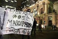 SAO PAULO, SP, 05.09.2013 - MANIFESTAÇÃO FORA ALCKMIN - Grupo de manifestantes saem da frente do Teatro Municipal região central de São Paulo em caminhada pacifica nesta quinta-feira (03). (Foto: Marcelo Brammer / Brazil Photo Press).