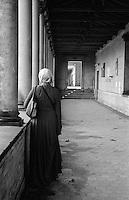 Potsdam, parco di Sanssouci. Chiesa della Pace, donna col velo di spalle --- Potsdam, Sanssouci Park. Church of Peace, woman with veil