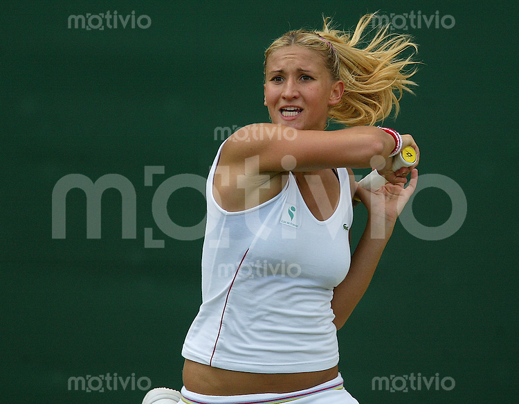 Tennis All England Championships Wimbledon Damen Einzel Tatiana Golovin (FRA) spielt mit wehendem Haar eine Vorhand in ihrem Spiel gegen Emanuelle Gagliardi (SUI).