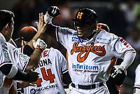 Cedric Hunter de naranjeros festeja el conectar un HomeRun a Edwin Salas pitcher relevo que hace un lamento. Con esto naranjeros se va arriba en 4 carreras por 3 de los mayos en la séptima entrada  , durante juego de beisbol de la Liga Mexicana del Pacifico temporada 2017 2018. Tercer juego de la serie de playoffs entre Mayos de Navojoa vs Naranjeros. 04Enero2018. (Foto: Luis Gutierrez /NortePhoto.com)