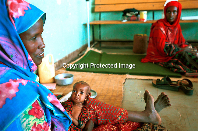 dicoeth00024.Ethiopia. Unidentified women on April 14, 2000 at the hospital in Gode, Ogadin province in Ethiopia.  Malnourished children came in increasing numbers because of the drought that hit the country in the spring of 2000..©Per-Anders Pettersson/ iAfrika Photos