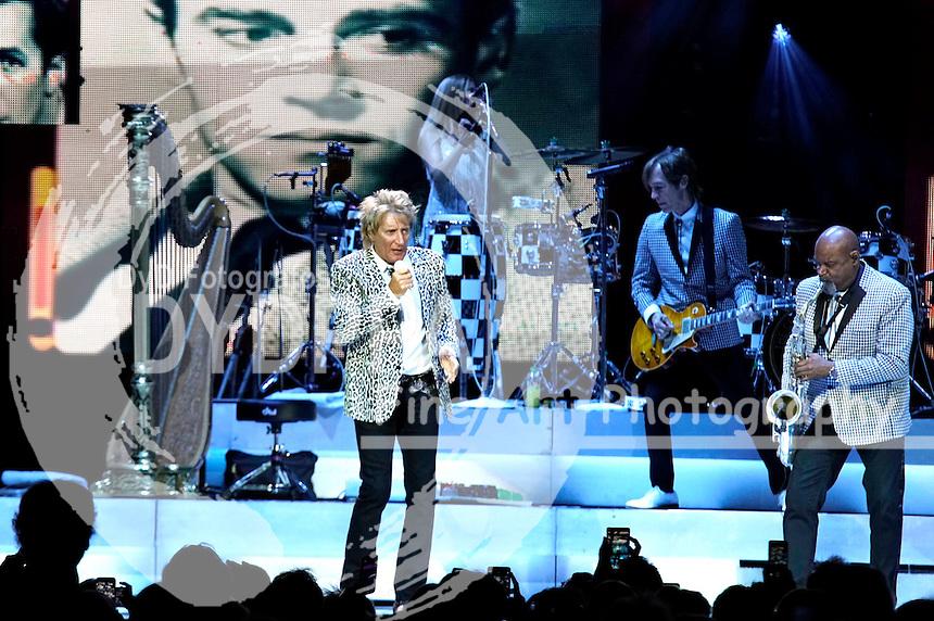 Rod Stewart bei einem Konzert seiner 'The Hits' Tour 2016 in der Mercedes-Benz Arena. Berlin, 31.05.2016