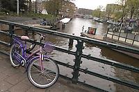 AMSTERDAM-HOLANDA. Bicicleta sobre un puente que esta sobre uno de los canales que recorren el centro de la ciudad. Bike on a bridge that is over one of the water canals in the city. Photo: VizzorImage /STR