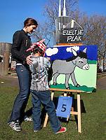 Heel Nederland Doet dag. Vrijwilligers  organiseren een feestje voor de buurtkinderen