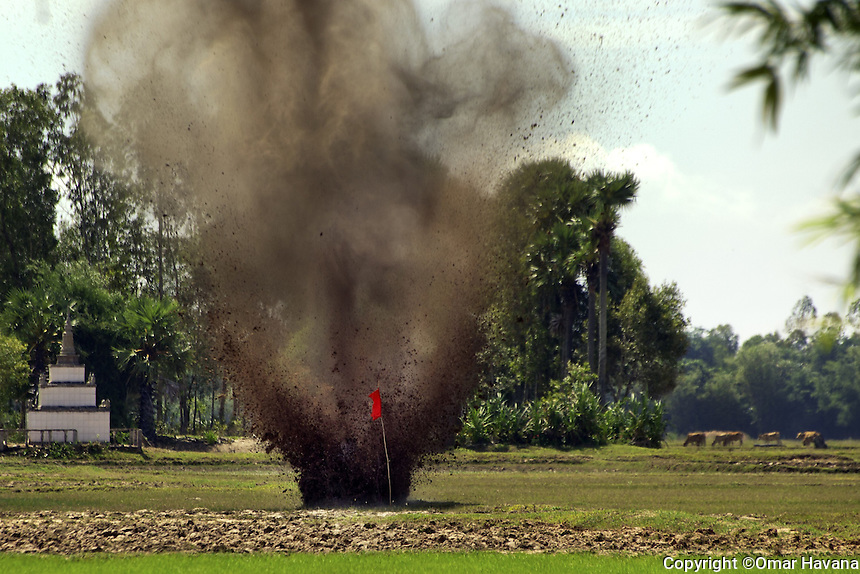 SVAY RIENG, CAMBODIA. Controlled detonation of a 60mm caliber mortar UXO found by a 10 years old girl in her home garden in Svay Rieng province, Cambodia. Photography: ©Omar Havana