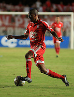 CALI -COLOMBIA-07-09-2015. Jeison Lucumi (Der) jugador de América de Cali en acción durante partido de vuelta de la fecha 9 con Barranquilla FC por el Torneo Águila 2015 jugado en el estadio Pascual Guerrero de Cali./ Jeison Lucumi (R) player of America de Cali in action during the 9th second leg date match against Barranquilla FC for the Aguila Tournament 2015 played at Pascual Guerrero stadium in Cali. Photo: VizzorImage/Juan C. Quintero/