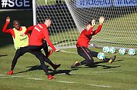 Marius Wolf (Eintracht Frankfurt) gegen Torwart Leon Bätge (Eintracht Frankfurt) und Jetro Willems (Eintracht Frankfurt) - 30.01.2018: Eintracht Frankfurt Training, Commerzbank Arena