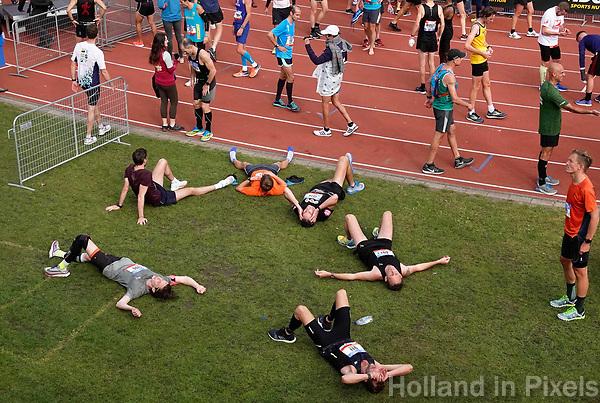 Nederland - Amsterdam - 2018 . De Marathon van Amsterdam. Uitgeput na de de finish.   Foto Berlinda van Dam / Hollandse Hoogte