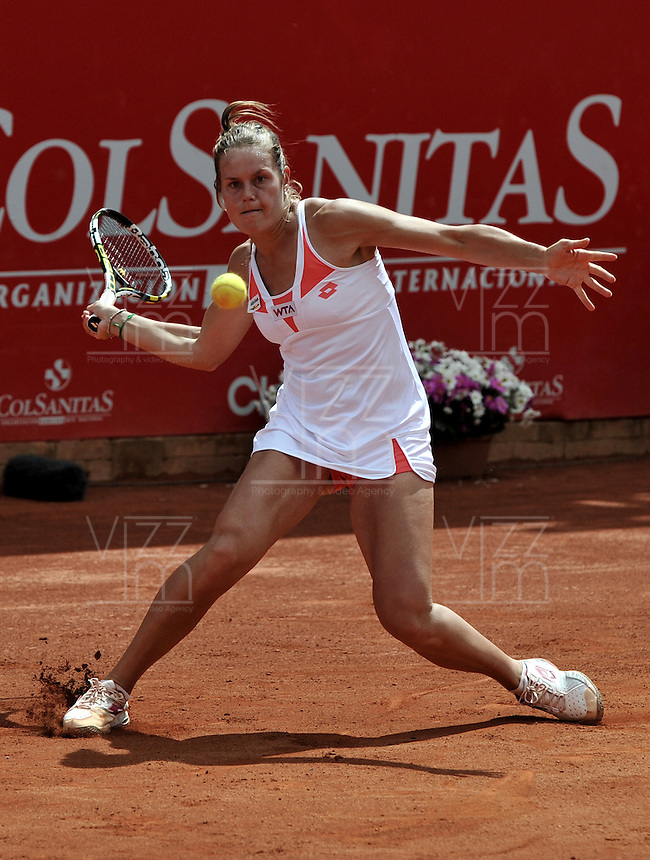 BOGOTÁ - COLOMBIA - 23-02-2013: Karin Knapp de Italia devuelve la bola a Jelena Jonkovic de Serbia, durante partido por la Copa de Tenis WTA Bogotá, febrero 23de 2013. (Foto: VizzorImage / Luis Ramírez / Staff). Karin Knapp from Italy returns the ball to Jelena Jonkovic from Serbia, during a match for the WTA Bogota Tennis Cup, on February 23, 2013, in Bogota, Colombia. (Photo: VizzorImage / Luis Ramirez / Staff)....................................