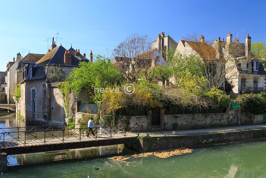 France, région du Gâtinais, Loiret (45), Montargis, canal de Briare et maisons du centre historique // France, Gatinais region, Loiret, Montargis, Canal de Briare and houses in the old center of the town