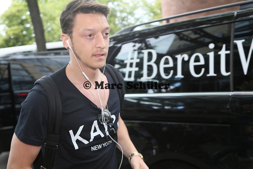 Mesut Özil (D) ist bereit - Teamankunft Nationalmannschaft in Mainz