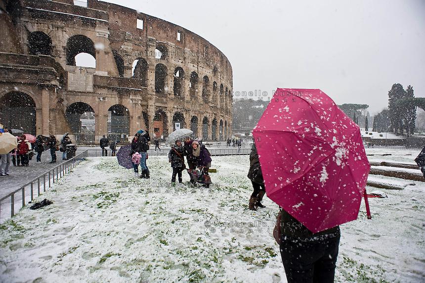 Il Colosseo imbiancato di neve. Una fitta nevicata ha imbiancato anche la Capitale dopo aver colpito gran parte dell'Italia provocando seri danni e enormi disagi alla circolazione di tutti i mezzi..A rare snowfall blanketed Rome. Other parts of the country experienced frigid temperatures unseen in years.