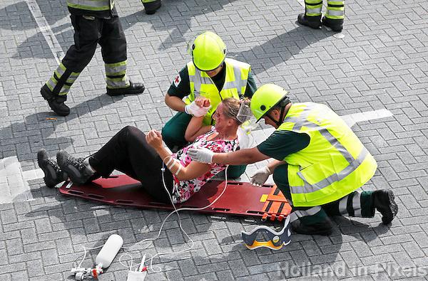 Nederland Hardenebrg 2015 08 15. Veiligheidsdag in Hardenberg. In scene gezet auto ongeluk. Ambulance medewerkers verlenen eerste hulp