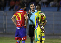 PASTO - COLOMBIA, 22-10-2018: Wilmar Roldan, árbitro, reconviene a dos jugadores durante partido entre Deportivo Pasto y Atletico Huila por la fecha 16 de la Liga Águila II 2018 jugado en el estadio La Libertad de Pasto. / Wilmar Roldan, referee, take the attention to players during match between Deportivo Pasto and Atletico Huila for the date 19 of the Aguila League II 2018 played at La Libertad stadium in Pasto. Photo: VizzorImage / Leonardo Castro / Cont