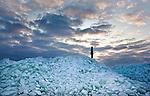GAAST - Liefhebbers van winterse omstandigheden zijn op het bevroren IJsselmeer op weg naar de schotsen op 3 kilometer van de wal. De ijsschotsen op het IJsselmeer bij het Friese Gaast vormen een ware attractie.