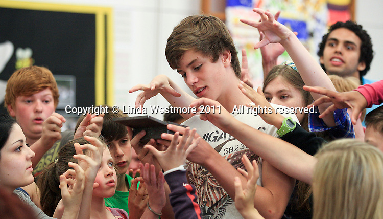 """""""Edmund"""" becomes bewitched by a gift of Turkish Delight from the """"Wicked Queen"""".  The Yvonne Arnaud Youth Theatre rehearsing """"The Lion, the Witch and the Wardrobe"""", Guildford, Surrey."""