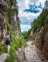 Deutschland, Bayern, Oberbayern, Berchtesgadener Land, bei Hintergern (Berchtesgaden): Wanderer in der Almbachklamm   Germany, Bavaria, Upper Bavaria, Berchtesgadener Land, near Hintergern (Berchtesgaden): hiker at Almbachklamm