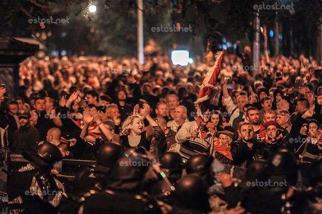 MAZEDONIEN, 27.04.2017, Skopje. Anhaenger der vormals fuehrenden national-konservativen Partei VMRO-DPMNE stuermen das Parlament, nachdem die neue Mehrheitskoalition aus Sozialdemokraten und Albaniern auf angeblich unkorrekte Weise einen neuen Parlamentssprecher gewaehlt hat. | Supporters of the national-conservative former leading party VMRO-DPMNE storm the parliament following an allegedly unfair vote for a parliamentary speaker by the new majority coalition of social democrats and Albanians.<br /> &copy; Tomislav Georgiev/EST&amp;OST