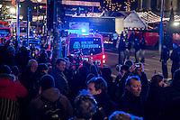 LKW rast in Berliner Weihnachtsmarkt.<br /> Am Abend des 19. Dezember 2016 fuhren Unbekannte mit einem LKW mit polnischen Kennzeichen in den Berliner Weihnachtsmarkt am Kurfuerstendamm und toeteten 12 Menschen, 48 wurden zum tTeil schwer verletzt. Der Beifahrer wurde tot im Fuehrerhaus gefunden, der Fahrer fluechtete, wurde angeblich aber festgenommen. Ein Anschlag wird nicht ausgeschlossen, ermittelt wird jedoch in alle Richtungen.<br /> Im Bild: Medienvertreter vor dem abgesperrten Tatort.<br /> 19.12.2016, Berlin<br /> Copyright: Christian-Ditsch.de<br /> [Inhaltsveraendernde Manipulation des Fotos nur nach ausdruecklicher Genehmigung des Fotografen. Vereinbarungen ueber Abtretung von Persoenlichkeitsrechten/Model Release der abgebildeten Person/Personen liegen nicht vor. NO MODEL RELEASE! Nur fuer Redaktionelle Zwecke. Don't publish without copyright Christian-Ditsch.de, Veroeffentlichung nur mit Fotografennennung, sowie gegen Honorar, MwSt. und Beleg. Konto: I N G - D i B a, IBAN DE58500105175400192269, BIC INGDDEFFXXX, Kontakt: post@christian-ditsch.de<br /> Bei der Bearbeitung der Dateiinformationen darf die Urheberkennzeichnung in den EXIF- und  IPTC-Daten nicht entfernt werden, diese sind in digitalen Medien nach §95c UrhG rechtlich geschuetzt. Der Urhebervermerk wird gemaess §13 UrhG verlangt.]