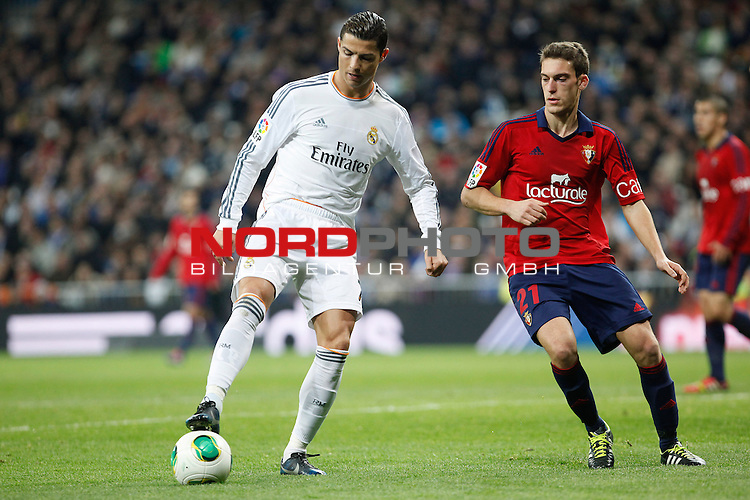 Real Madrid¬¥s Cristiano Ronaldo (L) and Osasuna¬¥s Roberto Torres during King¬¥s Cup match in Santiago Bernabeu stadium in Madrid, Spain. January 09, 2014. Foto © nph / Victor Blanco)