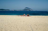 RIO DE JANEIRO, RJ, 24.06.2018 - CLIMA-RJ, Cariocas e turistas aproventam o dia de sol na praia, Leblon, Zona Sul, Rio de Janeiro, neste domingo, 24 (Foto: Vanessa Ataliba/Brazil Photo Press)