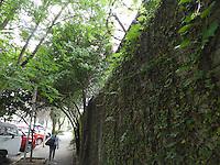 SÃO PAULO, SP, 05 DE FEVEREIRO 2013. PUC -Faculdade instala arame farpado ao redor do campus. FOTO: MAURICIO CAMARGO / BRAZIL PHOTO PRESS.