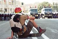 - Genova G8 2001, manifestazioni contro il summit. Un dimostrante davanti allo schieramento di polizia in via Barabino...- Genoa G8 2001, Demonstration against the summit. Demonstrant in front of the police deployment in Barabino Street.