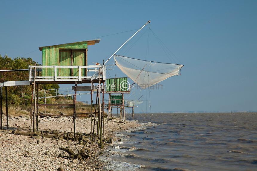France, Gironde (33), estuaire de la Gironde, Pauillac, carrelets le long de la Gironde // France, Gironde, estuary of the Gironde, Pauillac, Carrelets (fisherman's hut)  along the Gironde
