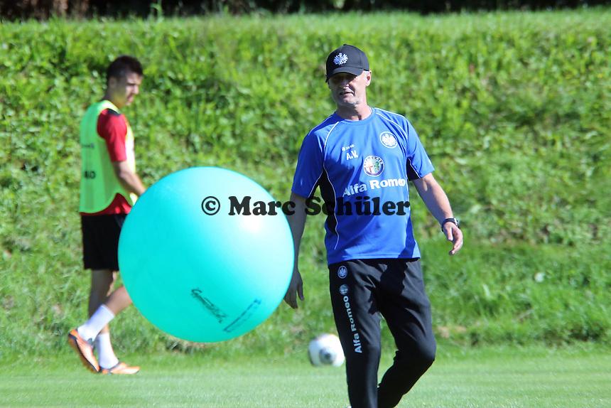 Trainer Armin Veh (Eintracht) spielt mit dem Gymnastikball