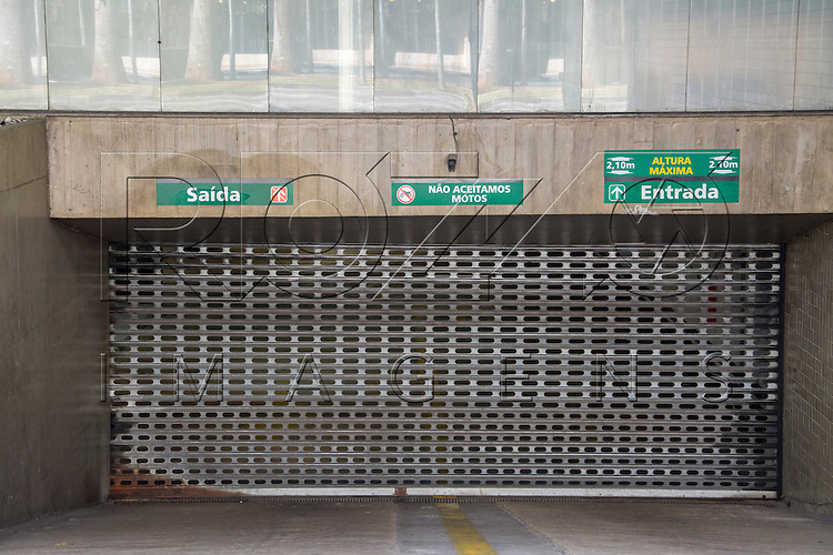 Entrada e saída de garagem, São Paulo - SP, 07/2016.