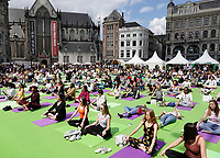 Nederland  Amsterdam - 2019.   International Day of Yoga. Internationale Yogadag op de Dam in Amsterdam. Foto mag niet in negatieve / schadelijke context gepubliceerd worden.   Foto Berlinda van Dam / Hollandse Hoogte