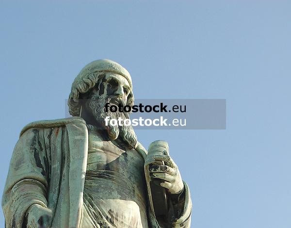 Gutenberg-Denkmal (1837) von Bertel Thorvaldsen (1770-1844) in Mainz, Rheinland-Pfalz, Deutschland (Johannes Gensfleisch zur Laden zum Gutenberg, ca. 1400 - 3.2.1468)<br /> <br /> Statue of Gutenberg (1837) by Bertel Thorvaldsen (1770-1844) in Mainz, Rheinland-Pfalz, Germany (Johannes Gensfleisch zur Laden zum Gutenberg,  c. 1400 - 3.2.1468)<br /> <br /> Monumento a Gutenberg (1837) por Bertel Thorvaldsen (1770-1844) en Maguncia, Rheinland-Pfalz, Alemania (Johannes Gensfleisch zur Laden zum Gutenberg, ca. 1400 - 3.2.1468)<br /> <br /> 2717 x 2126 px<br /> 300 dpi: 230 x 180 mm