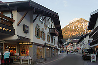 Einkaufsstraße in Oberstdorf im Allgäu, Bayern, Deutschland<br /> shopping mall  in Oberstdorf, Allgäu, Bavaria,  Germany