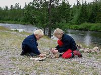 Kinder machen Lagerfeuer, Aufschichten von Anmachholz und Papier, Feuer, Feuerstelle, Outdoor