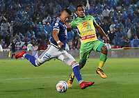 BOGOTÁ - COLOMBIA, 28-04-2018: Ayron del Valle (Izq.) jugador de Millonarios disputa el balón con Eddie Segura (Der.) jugador del Atlético Huila  durante partido por la fecha 18 de la Liga Águila I 2018 jugado en el estadio Nemesio Camacho El Campín de la ciudad de Bogotá. /Ayron del Valle (L) player of Millonarios  fights for the ball with Eddie Segura (R) player of Atletico Huila  during the match for the date 18 of the Liga Aguila I 2018 played at the Nemesio Camacho El Campin Stadium in Bogota city. Photo: VizzorImage / Felipe Caicedo / Staff.