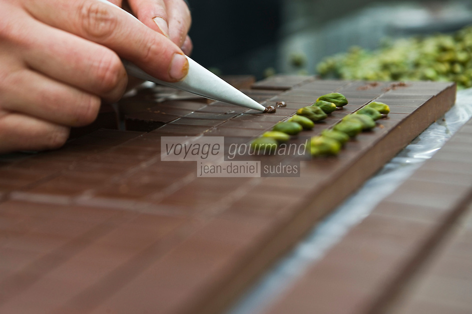 Europe/France/Ile de France/92/Hauts-de-Seine/Sceaux: Décoration des  chocolats chez Patrick Roger Chocolatier Meilleur Ouvrier de France