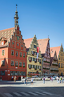 Germany, Bavaria, Middle Franconia, Dinkelsbuehl: historic town at the Romantic Road (theme route), in the red building with crow-stepped gable Emperor Karl V staid overnight in April 1546 ] Deutschland, Bayern, Mittelfranken, Dinkelsbuehl: Marktplatz in der historischen Altstadt, in dem roten Haus mit dem Staffelgiebel uebernachtete im April 1546 Kaiser Karl V.