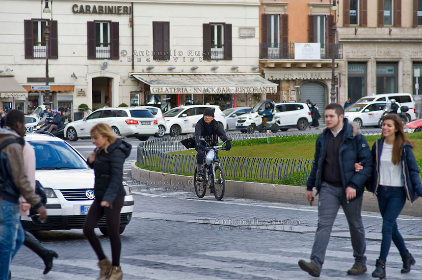 Un ciclista percorre una strada del centro di Roma