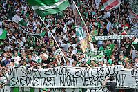 FUSSBALL   1. BUNDESLIGA   SAISON 2011/2012    1. SPIELTAG SV Werder Bremen - 1. FC Kaiserslautern             06.08.2011 Fans vom SV Werder mit einem Plakat mit der Aufschrift: MIT KAMPF ZURÜCK ZUM ERFOLG - SAISONSTART NICHT VERPASSEN