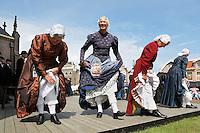 Westfriese Folkloredagen in Schagen. Sinds 1953 organiseert de Stichting ter Bevordering van de West-Friese Folklore de 10 West-Friese donderdagen. Deze donderdagen staan in het teken van o.a. leven, werken en kleden anno 1910. Dansen in West-Friese klederdracht. Vrouwen showen hun onderrokken