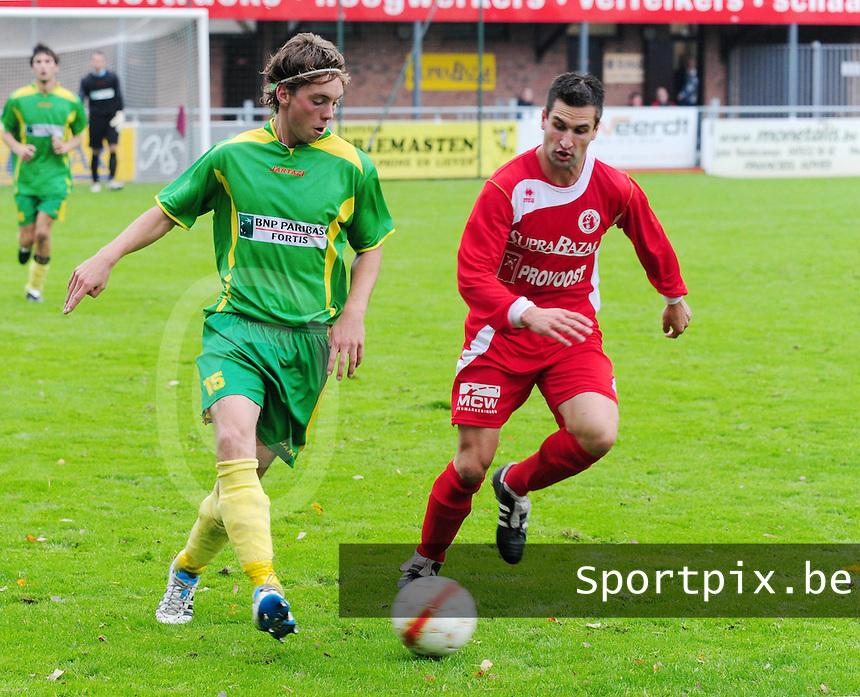 FC Gullegem - KVV Oostduinkerke : Nick Vancrugten aan de bal voor Kevin Lammertyn (rechts).foto VDB / BART VANDENBROUCKE