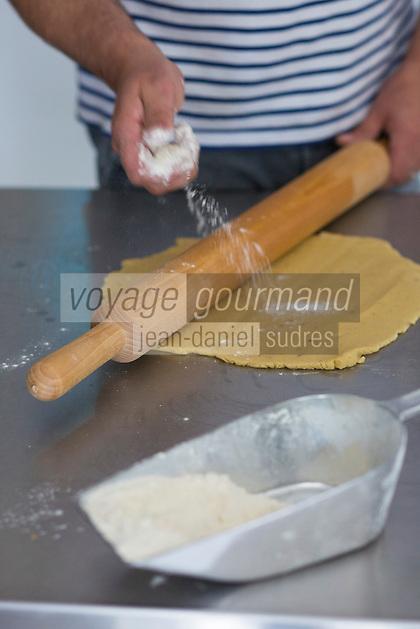 France, Morbihan (56), Saint-Armel, Biscuiterie des Vénètes , biscuit  breton : Galettes de Saint-Armel  , préparation // France, Morbihan, Saint  Armel, Galettes de Saint-Armel , making local cookies