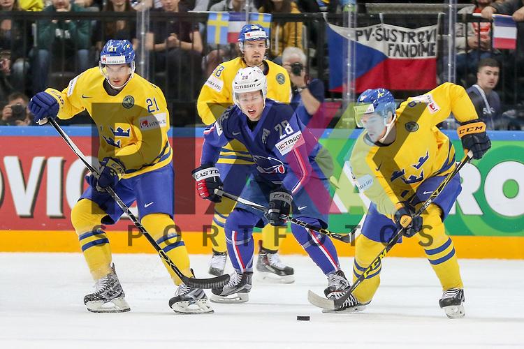 Frankreichs Raux, Damien (Nr.28) im Zweikampf mit Schwedens Eriksson, Loui (Nr.21) und Schwedens Forsberg, Filip (Nr.9)  im Spiel IIHF WC15 Frankreich vs. Schweden.<br /> <br /> Foto &copy; P-I-X.org *** Foto ist honorarpflichtig! *** Auf Anfrage in hoeherer Qualitaet/Aufloesung. Belegexemplar erbeten. Veroeffentlichung ausschliesslich fuer journalistisch-publizistische Zwecke. For editorial use only.