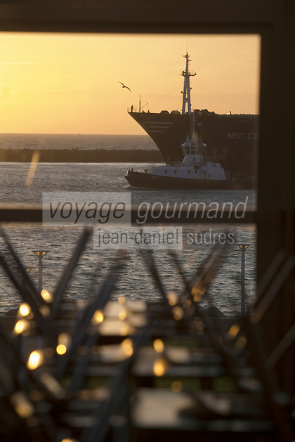Europe/France/Normandie/Haute-Normandie/76/Seine-Maritime/Le Havre:  Remorqueur ramenant au port de commerce  un cargo dans la lumière du soir