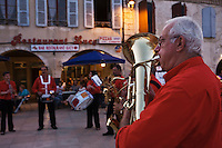 Europe/France/Midi-Pyrénées/32/Gers/Valence-sur-Baïse:La Fanfare sur la place de la bastide lors de la  Fête du village