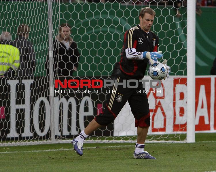 &Ouml;ffentliches Training DFB-Auswahl, 12.10.09 Hamburg<br /> <br /> <br /> Manuel Neuer mit Probleme beim Fangen.<br /> <br /> <br /> Foto &copy; nph (nordphoto)<br /> <br /> *** Local Caption ***