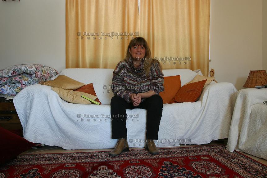 ITALIA- Scarmagno (IVREA) - ex stabilimenti Olivetti - personale in Cassa Integrazione fotografato a casa e nel luogo di lavoro ora chiuso. qui sul divano di casa