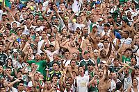 """SÃO PAULO, SP, 14 DE JANEIRO DE 2012 - AMISTOSO INTERNACIONAL - PALMEIRAS X AJAX (HOL) - Torcida do Palmeiras protesta contra a falta de """"Camarões"""" no elenco, durante partida amistosa entre Palmeiras x Ajax (Hol) realizada no Estádio do Pacaembú. FOTO: LEVI BIANCO - NEWS FREE"""